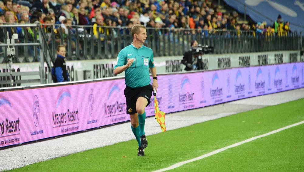 Ti mannlige norske FIFA-assistenter